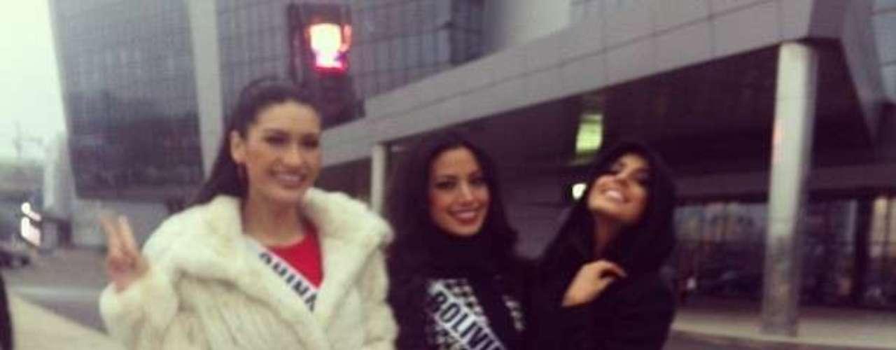 Lucía Aldana posando junto a las candidatas de China y Bolivia.