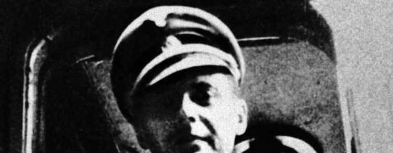 Josef Mengele fue un cruel doctor nazi quien practicaba experimentos sádicos en el campo de concentración de Auschwitz. Tenía por costumbre asesinar a parejas de gemelos de corta edad ya que creía que así podría encontrar el secreto de la clonación humana.
