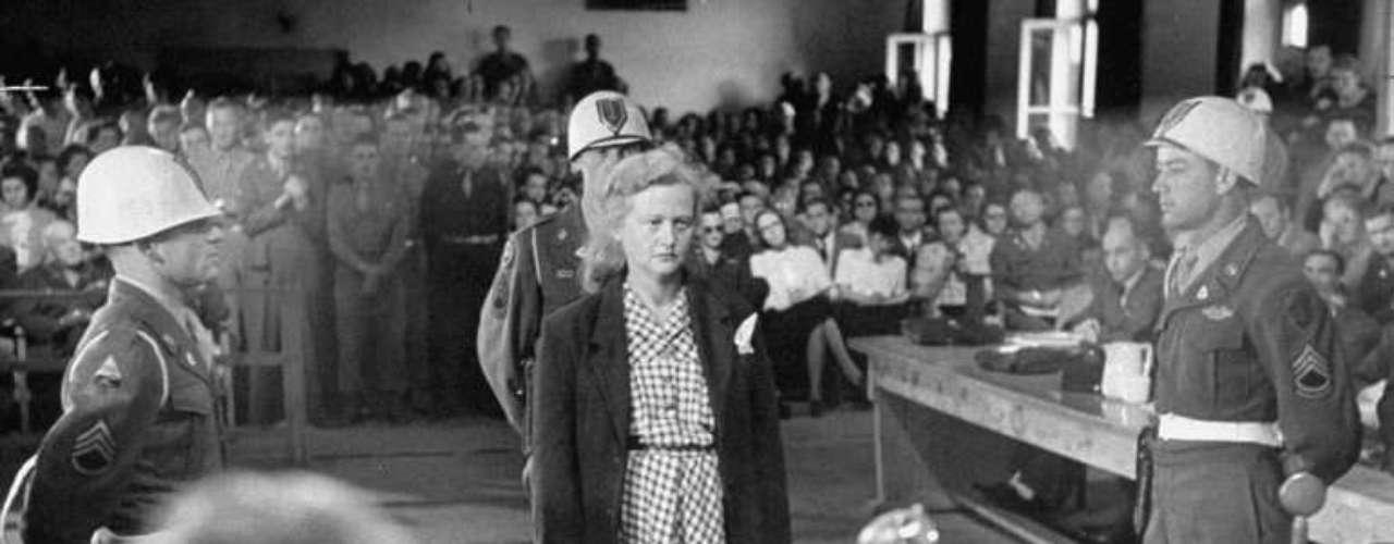 Ilse Köhler estuvo casada con un comandante destinado al campo de concentración de Buchenwald, donde también vivió. Ella no dudaba en asesinar y despellejar a aquellos que la miraban. Con sus restos fabricaba libretas o pantallas para lámparas.