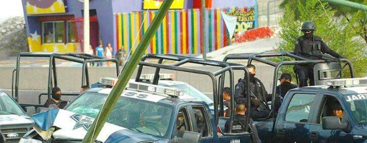 En la red social, varias personas han subido fotografías de bloqueos y carreteras desiertas, por los enfrentamientos y persecuciones entre grupos armados que se disputan la plaza de Matamoros.