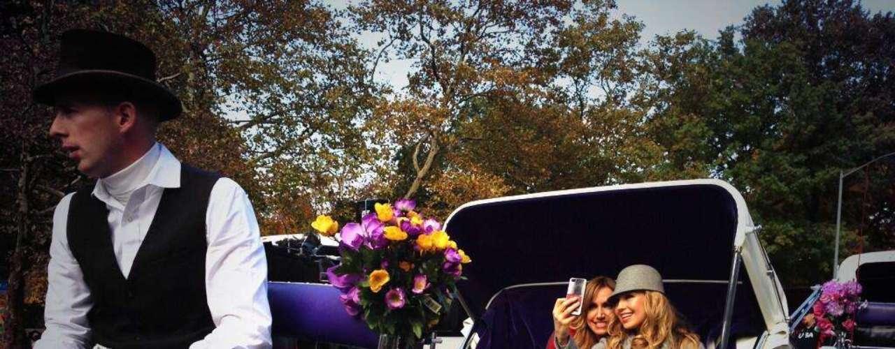 4 de Noviembre - Thalía se trasladó en carruaje desde TimeSquare hasta el Central Park (Nueva York), al lado de su inseparable amiga Lili Estefan.