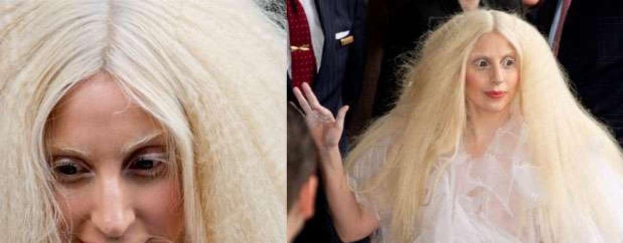 A Lady Gaga no le hace falta disfraz, ya que gracias a sus estrambóticos estilismos, siempre consigue ser la más terrorífica del lugar.