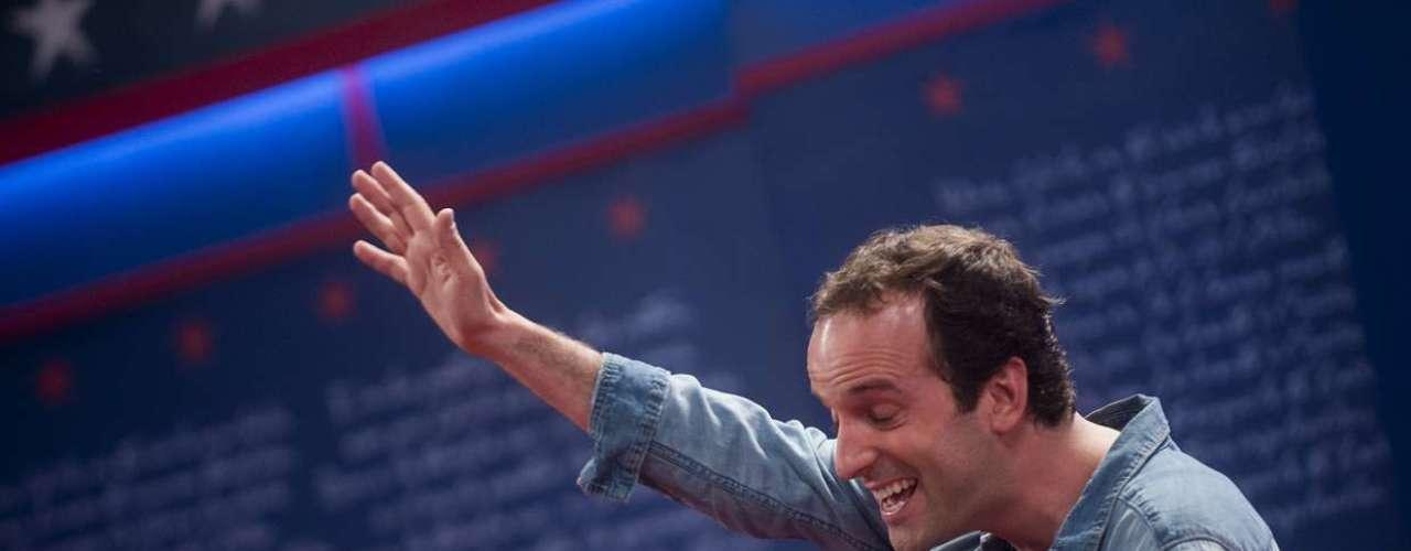 El comediante está terminando de grabar su película y lo hace en grande. En unos galpones del ex aeropuerto de Cerrillos él y su equipo técnico han recreado lugares tan impresionantes como La Moneda, el Costanera Center y la casa de Don Francisco. Lo más parecido Hollywood que hay en Chile. \