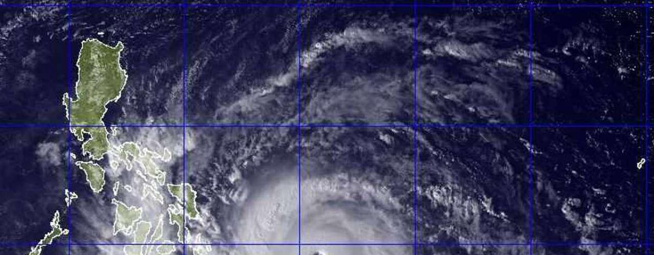 En Leyte el temporal interrumpió el servicio eléctrico, causó deslizamientos de tierra pequeños que bloquearon caminos en las zonas rurales y arrancó árboles y techos de casas en los alrededores de la residencia del gobernador.