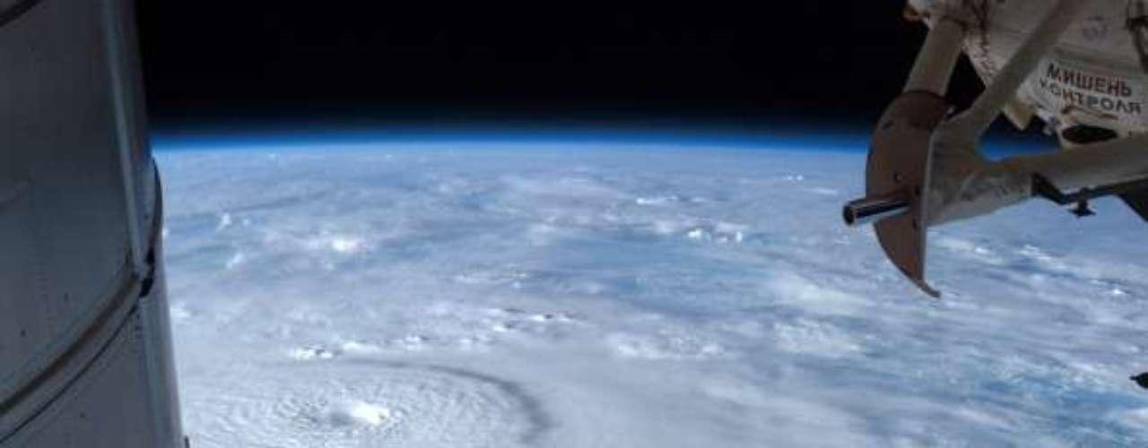 El grado de incidencia de los tifones está correlacionado con la temperatura de la superficie marina. Debido a esto, varios expertos han asegurado que debe existir una conexión entre el calentamiento global y los ciclones tropicales; si la temperatura de las aguas incrementa, también lo hace la incidencia de los ciclones tropicales.