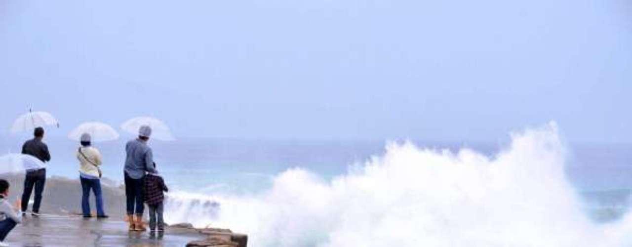 El término tifón se utiliza para nombrar un tipo de ciclón tropical, que comúnmente ocurre dentro de la región noroeste del océano Pacífico, al oeste de la Línea internacional de cambio de fecha. Estos mismos sistemas en otras regiones son referidos como huracanes archiconocidos en EE.UU., o más generalmente, ciclones tropicales.