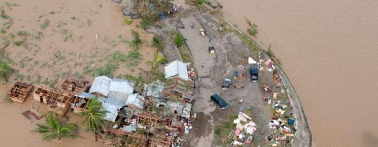 Tras arrasar el centro y el sur de Filipinas, donde alcanzó vientos máximos sostenidos de 314 kilómetros por hora, con ráfagas de hasta 379 kilómetros por hora, Haiyan tocó tierra en Vietnam, donde las autoridades evacuaron unas 500.000 personas.