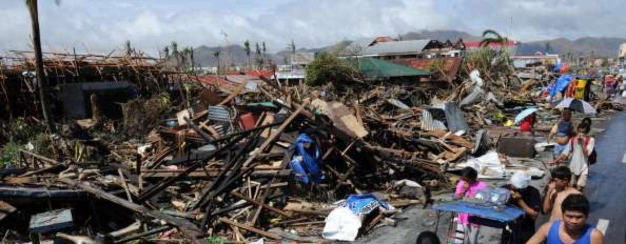 En Tacloban, ciudad costera de Leyte, el tifón dejó imágenes apocalípticas, con filas de hombres, mujeres y niños avanzando por las carreteras con la nariz cubierta para protegerse del olor a muerte.