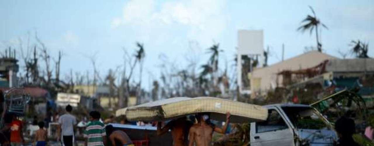 Casas destruidas, postes eléctricos arrancados, vehículos volcados y supervivientes aturdidos deambulando por las calles: el paisaje que dejó el paso de Haiyan, acompañado por vientos de hasta 315 km/hora, recordaba a muchos el dejado por el tsunami en Asia en diciembre de 2004.