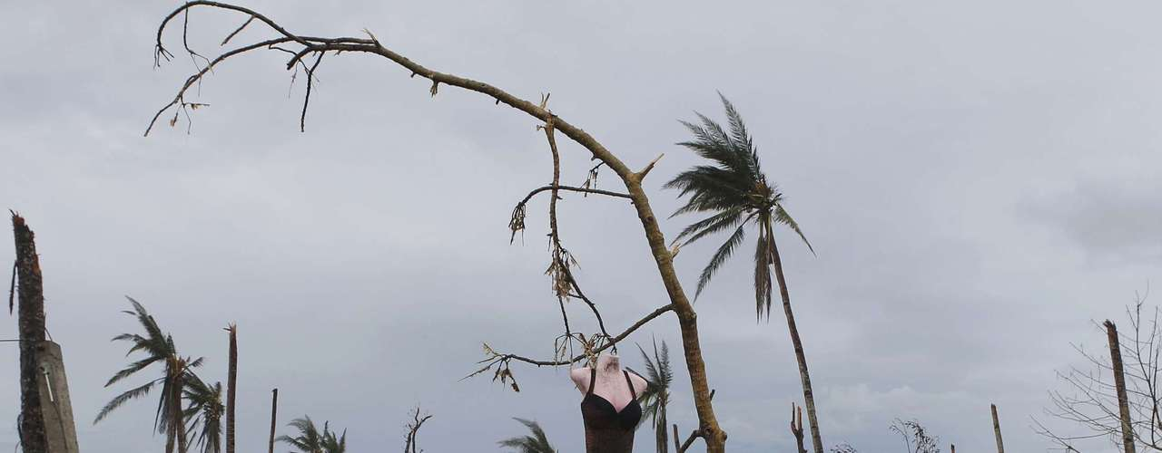 A mannequin hangs on a tree amidst debris brought by super typhoon Haiyan in Palo, Leyte province in central Philippines November 12, 2013. Residents said they saw the mannequin hanging on the tree a day after the typhoon. REUTERS/Erik De Castro (PHILIPPINES - Tags: DISASTER ENVIRONMENT SOCIETY TPX IMAGES OF THE DAY)
