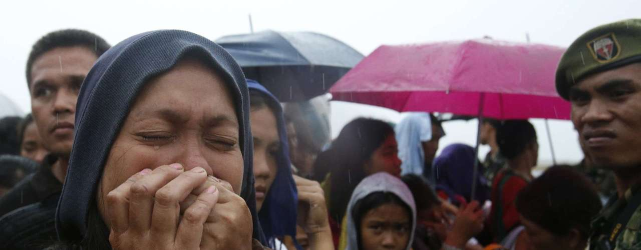 A woman cries after failing to board a military flight by the Philippine Air Force to evacuate typhoon victims in Tacloban city, which was battered by Typhoon Haiyan, in central Philippines November 12, 2013. Rescue workers tried to reach towns and villages in the central Philippines on Tuesday that were cut off by the powerful typhoon, fearing the estimated death toll of 10,000 could jump sharply, as relief efforts intensified with the help of U.S. military. The flight was full and would return to continue the evacuation, according to officials.   REUTERS/Erik De Castro (PHILIPPINES - Tags: DISASTER ENVIRONMENT MILITARY TPX IMAGES OF THE DAY)