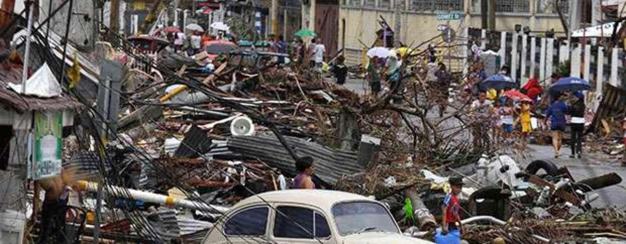 Por su parte el presidente filipino, Benigno Aquino negó que los muertos por el tifón sumen los 10,000 que se han estado reportando en los medios de comunicación. \