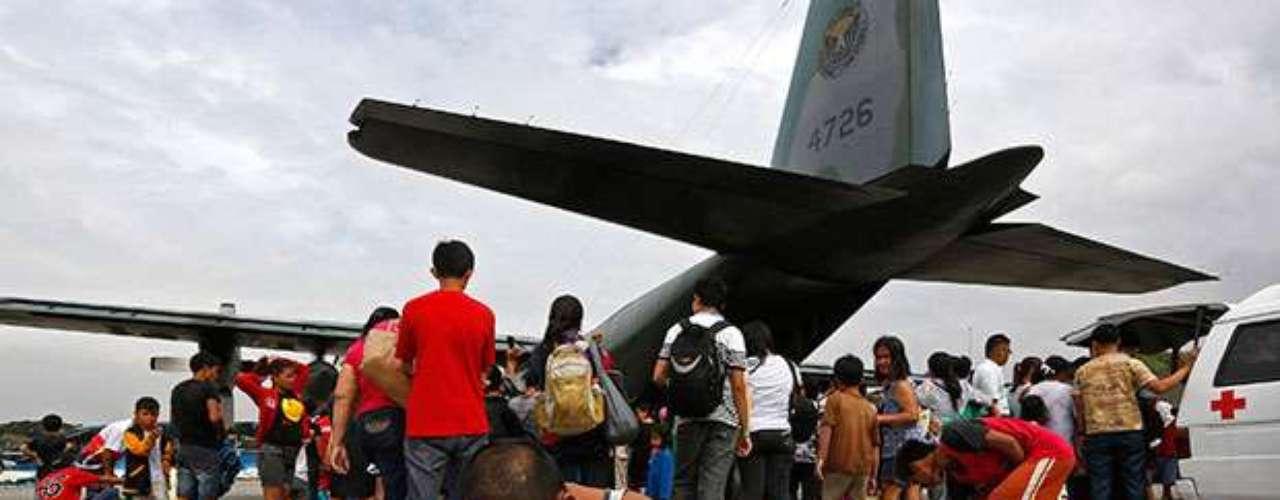 El aeropuerto en ruinas de la localidad de Tacloban se ha convertido en el refugio de cientos de supervivientes del tifón Haiyan. Las autoridades lo han abierto parcialmente, a pesar de que está derruido e inundado, y los afectados llegan allí en busca de una salida.