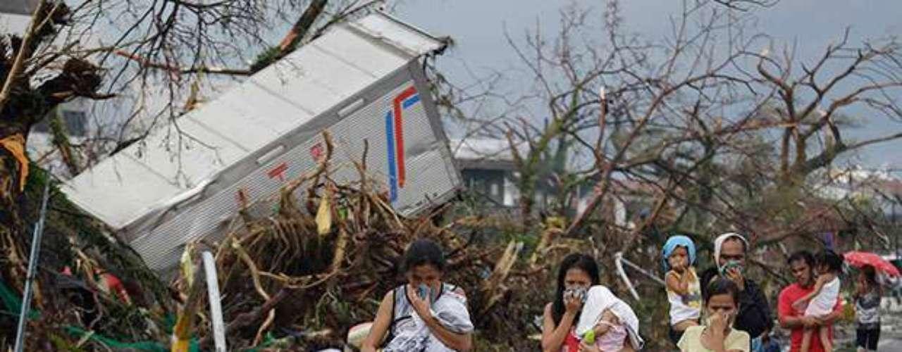 El balance oficial de víctimas mortales se aproxima ya a las 2.000, según el último dato ofrecido por el Centro Nacional para la Gestión y la Reducción del Riesgo de Desastres (NDRRMC).