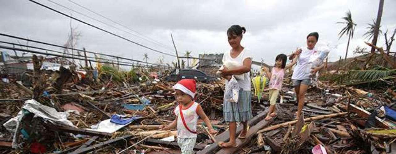 El tifón más poderoso del año azotó el viernes aFilipinas y provocó miles demuertos, además de causar aludes de tierra e interrumpir el servicio eléctrico y las comunicaciones en varias provincias de la región central.