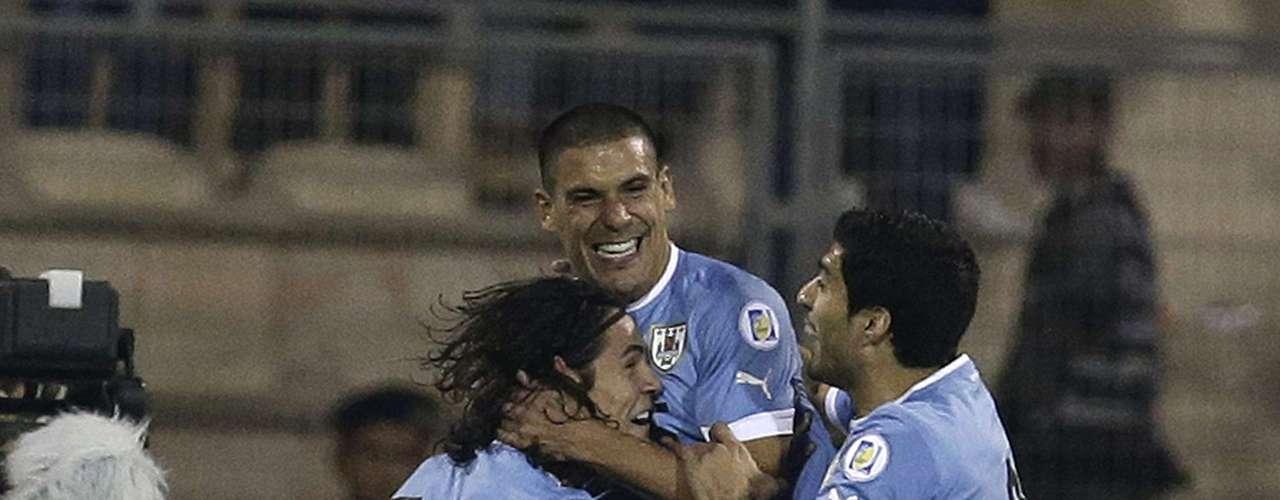 Uruguay consiguió prácticamente su clasificación para el Mundial de fútbol de Brasil-2014, a la espera del trámite de la vuelta, gracias a su victoria por 5-0 en su visita a Jordania, en Ammán, en la ida de un repechaje en el que todo quedó a favor para los charrúas. (Con información de AP y AFP)
