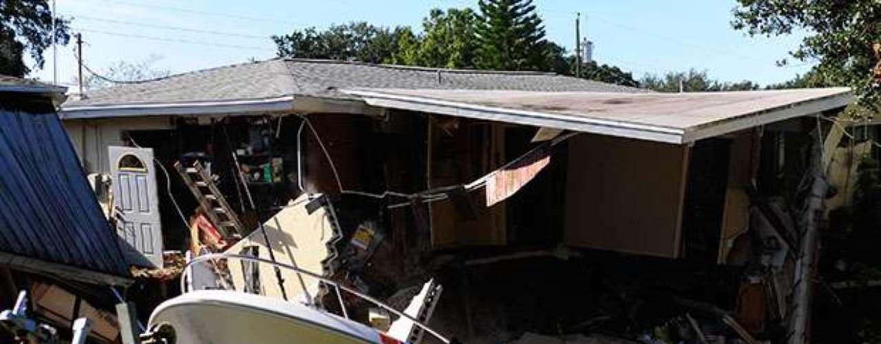 La tierra sigue haciendo de las suyas al devorar por igual casas y humanos. En esta ocasiónse tragóparte de dos viviendas situadas en la ciudad de Dunedin, Florida.