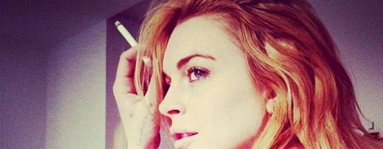 15 de Noviembre - Lindsay Lohan mostrando piel y malos hábitos al posar con un cigarrillo en la mano. ¡Ts, ts!