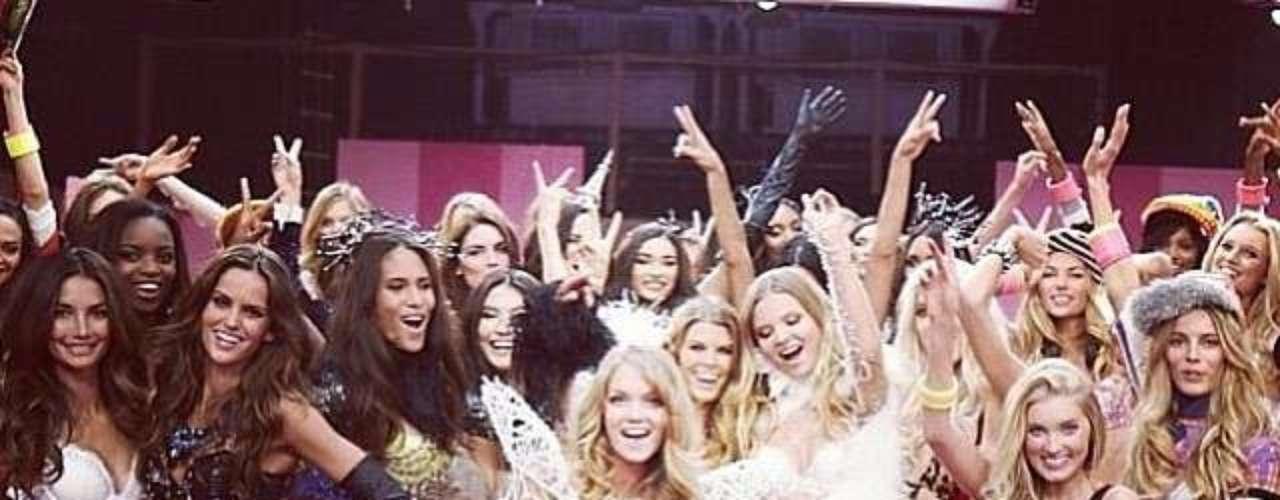 15 de Noviembre -La adorable Taylor Swift posó rodeada de sexiesángeles después del desfile de Victoria's Secret. Con esa figura,¡tampoco se quedó atrás!