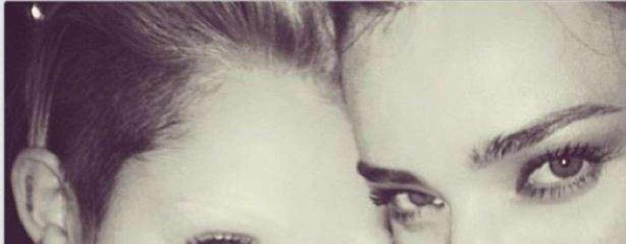 20 de noviembre - ¡Ah! ¿Qué le pasó en la cara a Miley Cyrus? Y es que se ha quedado sin cejas, como se puede ver bien clarito en esta imágen junto a la supermodelo Miranda Kerr.