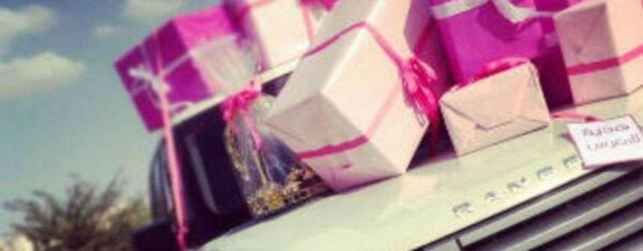 El 18 de julio publicó una imagen donde se ven regalos envueltos en papel rosa sobre una camioneta Range Rover, acompañada por el mensaje: \