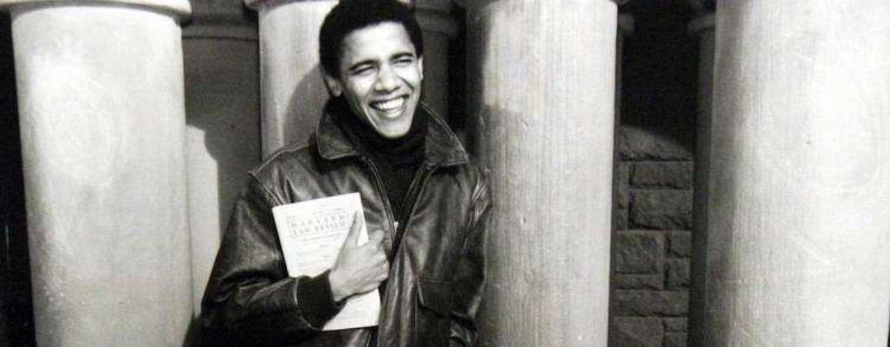 En su juventud se dedicó a ayudar a las comunidades afectadas por el cierre de las fábricas al sur de Chicago.