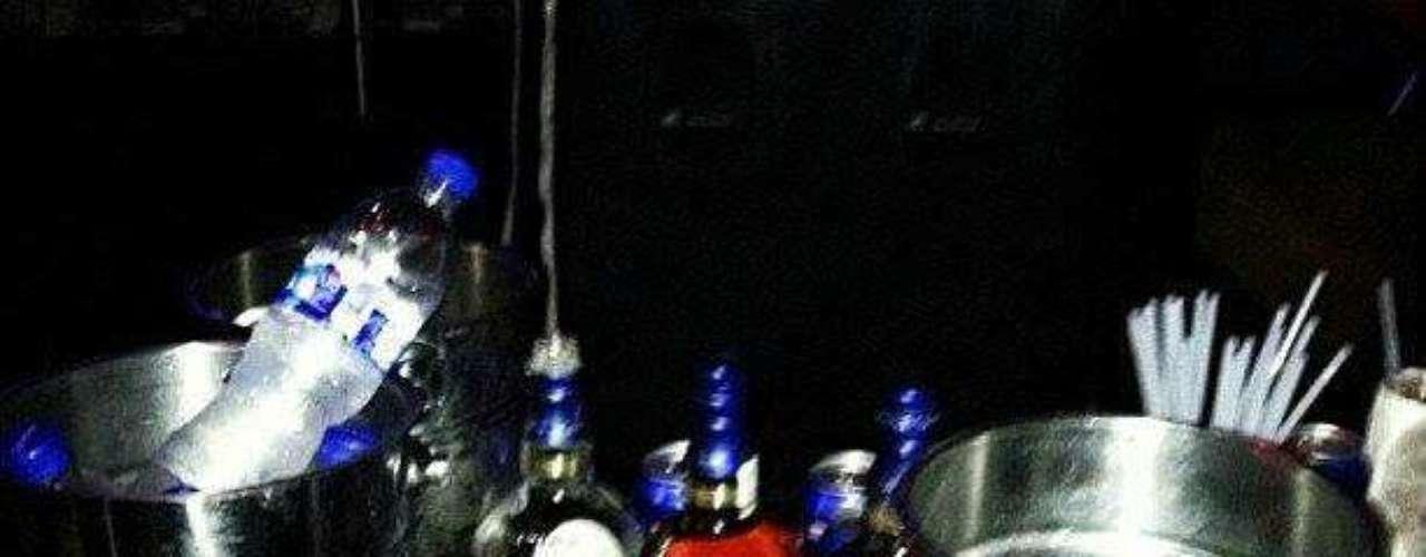 Clientes exclusivos de bares y restaurantes. De acuerdo a la fotografía, licores de importación a sus pies.