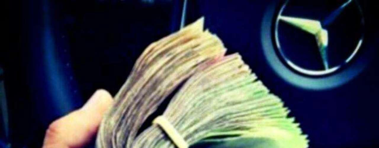 Fajos de dinero en manos de quien aparentemente es Alfredo Guzmán.