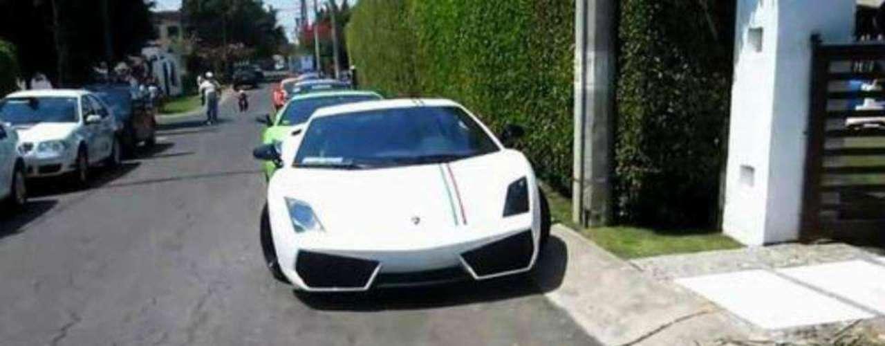 Un auto de lujo yace afuera de una residencia.