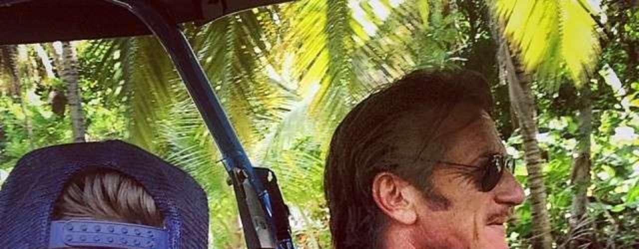 Rocco Ritchie, el hijo de Madonna, compartió una foto junto al ex esposo de su mamá, Sean Penn, diciendo \