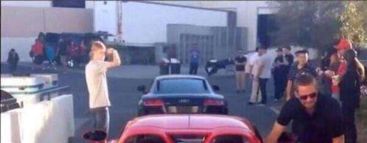 Paul Walker murió durante una carrera de exhibición en el evento Reach Out Worldwide que recogía fondos para las víctimas del tifón Haiyan en Filipinas. Esta fue la última imagen de Walker, justo antes de subirse al Porsche GT donde perdería la vida.