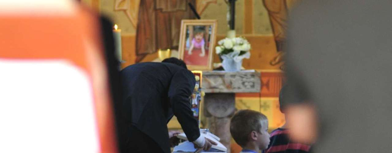 La tarde de este domingo se efectuó la misa fúnebre de Clara, la pequeña hija de Mónica Rincón, quien falleciera el sábado en la mañana. Hasta la parroquia Santa Teresa de Los Andes, de Lo Barnechea, llegaron familiares, amigos y colegas de la periodista, todos los cuales se mostraron muy afectados.