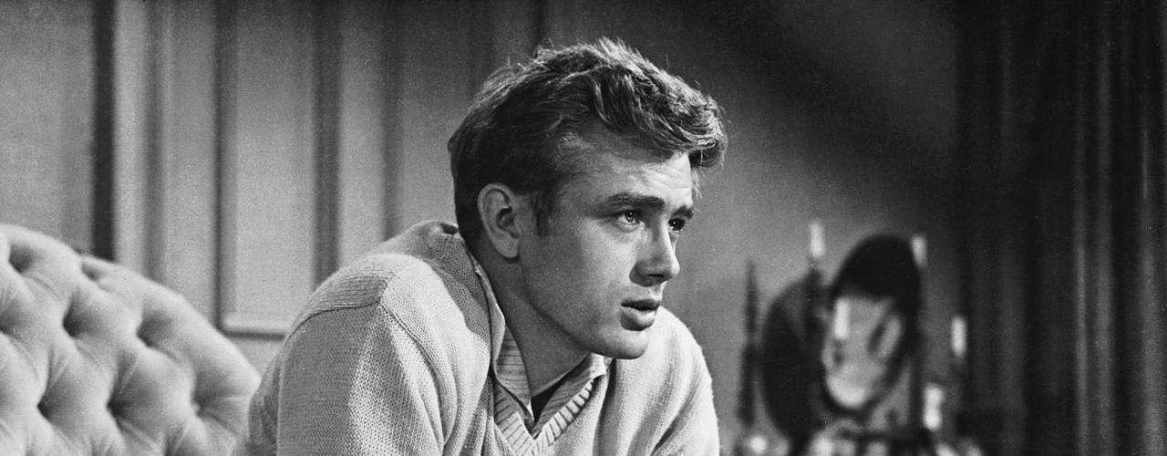 James Dean, el primer chico rebelde de Hollywood marcó al cine con su prematura muerte a los 24 años. El actor quedó inmortalizado con sus papeles en cintas como 'Rebelde sin causa', 'East of Eden' y 'Giant'. El 30 de septiembre de 1955 murió durante una carrera sobre su Triumph T110.