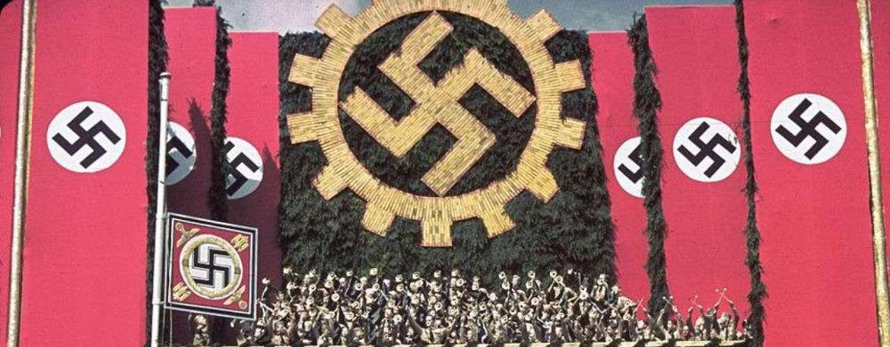 Acto público en el que Hitler elogia al Escarabajo de Wolkswagen, que utiliza como parte de su propaganda nacionalista.