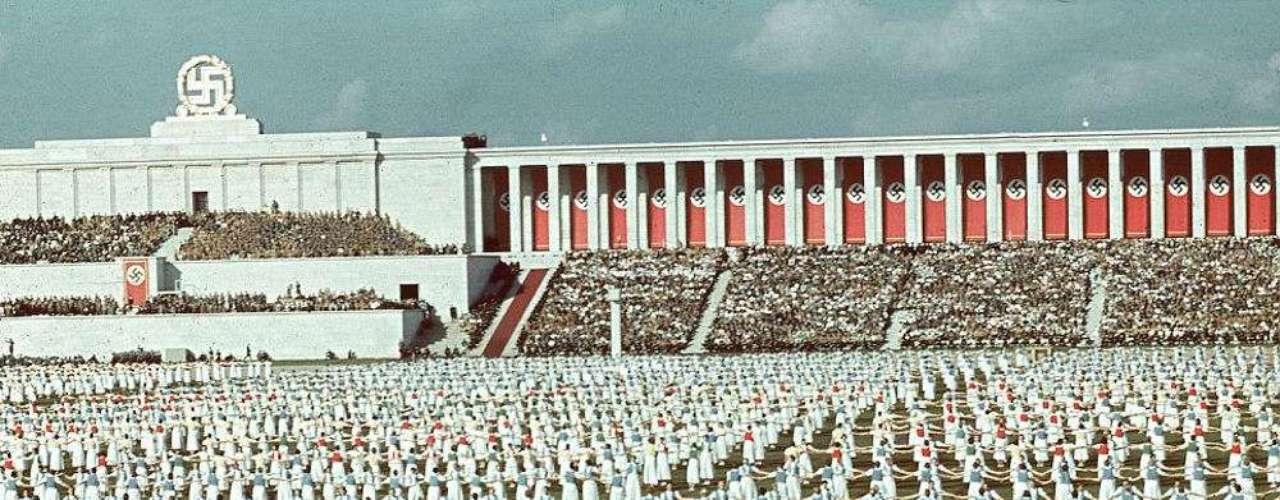 Jaeger contaba con más de 2 mil fotografías tomadas durante sus viajes con Hitler gran admirador de su trabajo- desde fines de los años 30 hasta los años 40. En la imagen, se ve a mujeres de la Liga de Jóvenes Alemanas durante una festividad en el Congreso. El grupo era un la de la juventud hitleriana y las niñas eran iniciadas a la edad de 14 años. Hasta 1936 la membresía era opciona; pero luego se volvió obligatoria.