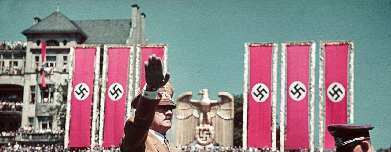 El diario Daily Mail publicóuna serie de raras fotografías a color del Tercer Reich tomadas por el fotógrafo de Adolf Hilter, Hugo Jaeger, que muestran las celebraciones del régimen.En la imagen, el líder nazi saluda a los hombres de la Legión Condor.