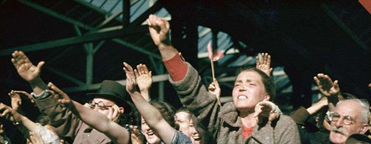 Multitud apoya a Hitler en la campaña electoral de Austria en 1938.