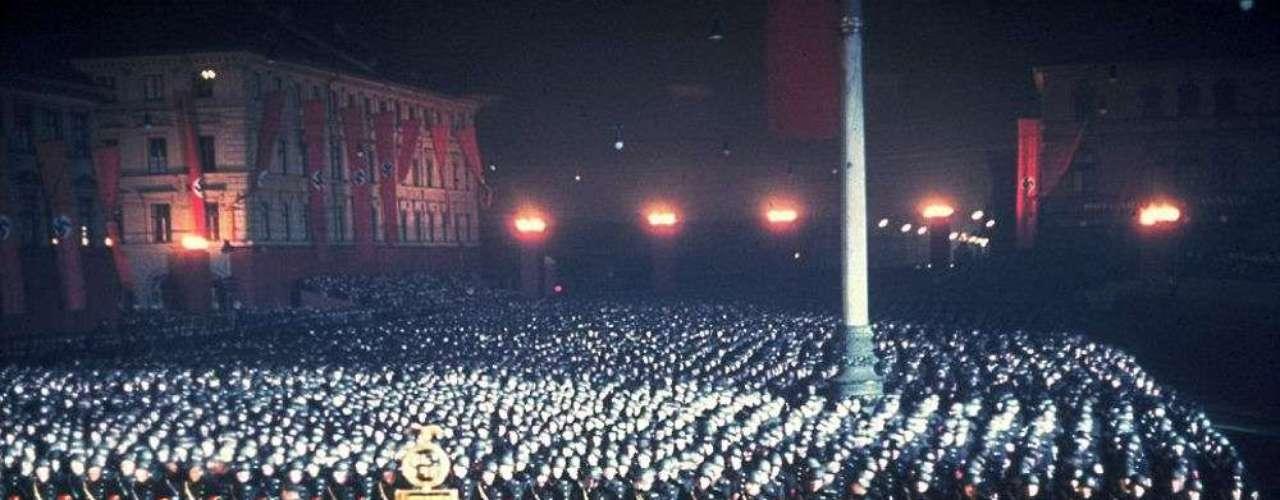 Otra imagen del juramento de medianoche de las SS, que en la práctica eran la guardia personal de Hitler.