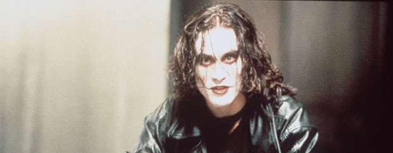 Brandon Lee falleció el 31 de marzo de 1993 a los 28 años por un disparo accidental mientras grababa la película 'El cuervo'.