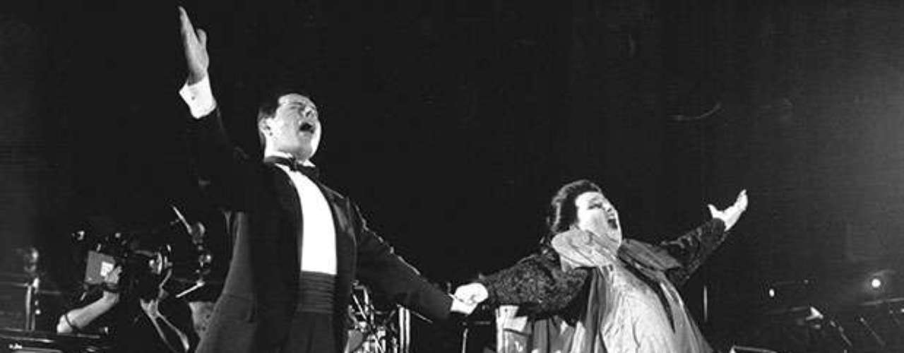 FreddieMercury falleció un día después de confesar que padecía sida. Era el 24de noviembre de 1991 y el cantante tenía 45 años.