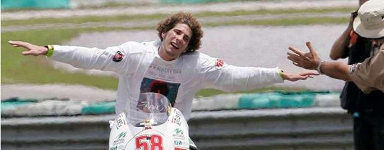El piloto italiano MarcoSimoncelli falleció el pasado 23 de octubre de 20111 en el circuito de Sepang. El cruel destino quiso que otro expiloto, Doriano Romboni, falleciera este mes de noviembre durante un homenaje al piloto.