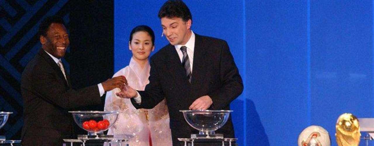 En el Centro de Convenciones BEXCOPelé participa en el sorteo para Japón y Corea 2002