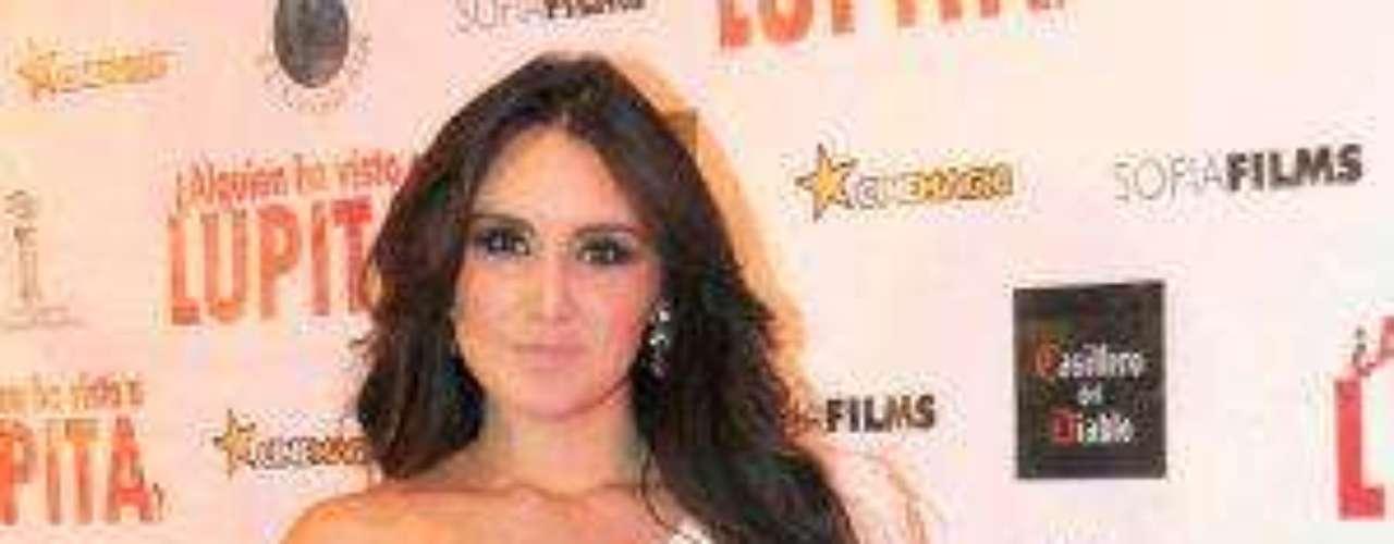 Dulce María Espinosa Saviñón, como es su nombre completo, nació el 6 de diciembre de 1985 en la Ciudad de México, México.  En su carrera ha sobresalido en telenovelas como 'Rebelde' y más recientemente como cantante solista con su álbum \