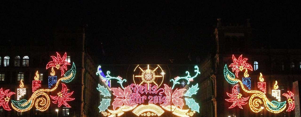 El secretario de Obras y Servicios (Sobse), Alfredo Hernández García, encendió los mosaicos luminosos con motivos navideños y recordó que este año se cumplen cinco décadas de que esta dependencia coloca el alumbrado decorativo alusivo a las fiestas decembrinas, una tradición en la ciudad.