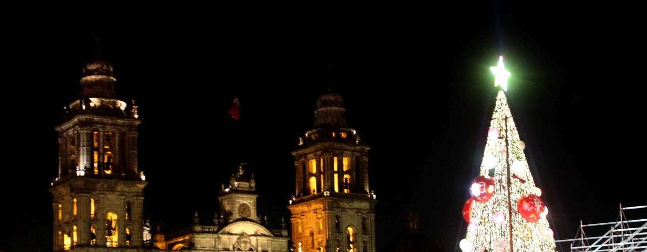 El árbol instalado en el Zócalo mide 40 metros, fue elaborado con follaje tipo natural, 40 mil focos, 200 estrobos, 12 luces robóticas, 13 esferas de 3 metros de diámetro y 20 esferas de 2 metros, además de 200 adornos de copos, espirales, moños y esferas.