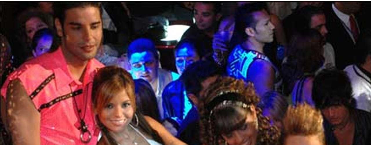 'El Bar... Provoca' trató de conquistar al televidente con los atractivos de un antro lleno de mujeres hermosas y hombres fornidos que trataban de aprender aadministrar un local. Se transmitió en 2006 por Televisa. Los participantes tenían a Palazuelos de 'patrón', posteriormente sustituido por Roxana Castellanos, quien dio rienda suelta a la etapa de diversión en el show.