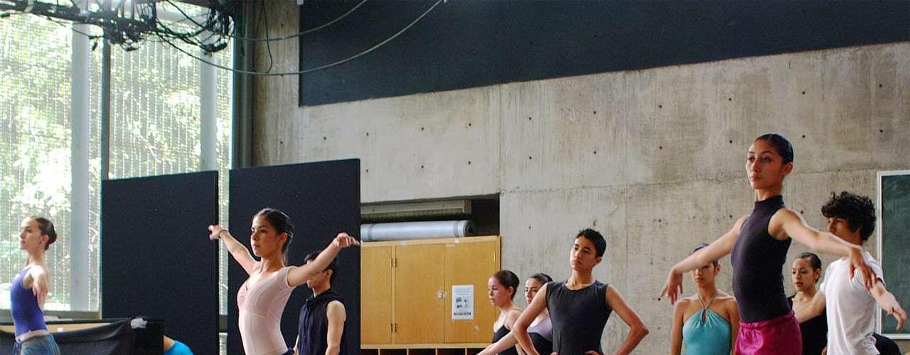 'Opera Prima' y 'Opera Prima en Movimiento' fueron parte de un proyecto conjunto entreConaculta y Canal 22 para ayudar a la promoción de talentos artisticos en 2010, durante los festejos del Bicentenario de la Independencia de México. La edición de ballet ('En Movimiento')fue conducida por Sasha Sökol, una de las tantas ganadoras de 'Big Brother'.