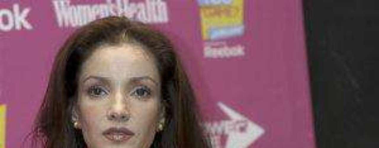 La actriz mexicana murió la tarde del pasado 15 de noviembre de2013 a los 41 años de edad tras un paro cardiorespiratorio,causado por anorexia y bulimia. Desde finales de 2012 se hablabade su supuesto alcoholismo. Y en octubre de 2013 confirmó quefue diagnosticada con cáncer y que por esa razón se había alejadodel reflector de los espectáculos.Muere la actriz Karla Álvarez a los 41 añosKarla Álvarez: 5 momentos claves de su carreraentelevisiónKarla Álvarez: fotos de una villana memorable de la TVmexicanaEncuentra páginas de tus novelas favoritas en orden alfabético
