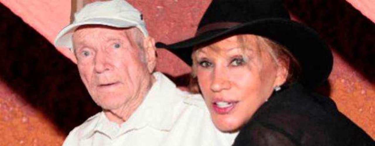 En la madrugada del 06 de noviembre, don Jaime Velderraín, padrede la artista mexicana Laura León, falleció a la edad de 92 años. Lafamosa intérprete había celebrado el cumpleaños de su primogénitoen diciembre del 2012 con una encantadora fiesta sorpresa en laCiudad de México dónde declaró: ''Es mi papacito, mi luz, mi sol, miguía, mi alegría y mi vida. Siempre trató de hacer sentir supresencia dándome su amor, consejos y apoyo cada vez que lo henecesitado''.Actriz Irma Lozano muere a causa de un infartopor cáncer en la bocaActores que murieron en 2011Actoreshispanos que murieron en 2012Inolvidable: Eduardo Palomo y su 'Corazón Salvaje'Fallece Gérard de Villiers, popular autorfrancés de novelas de espionaje