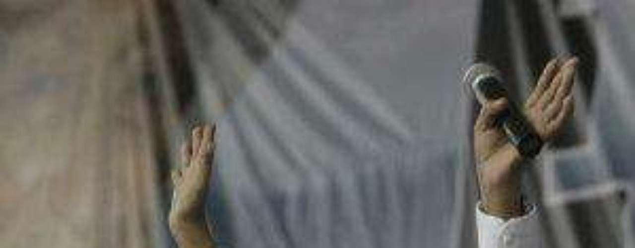 El importante cantautor colombiano de músicavallenata murió a los 56 años de edad en la ciudadde Valledupar, en el departamento del Cesar(norte). Su hermano, Élver Díaz, dijo que elartista murió cuando estaba durmiendo y que suesposa Consuelo lo encontró sin vida.Muere el actor mexicano Juan PeláezEncuentra páginas de tus novelas favoritas enorden alfabéticoActores que murieron en 2011Actoreshispanos que murieron en 2012Inolvidable: Eduardo Palomo y su 'Corazón Salvaje'Fallece Gérard deVilliers, popular autorfrancés de novelas de espionaje